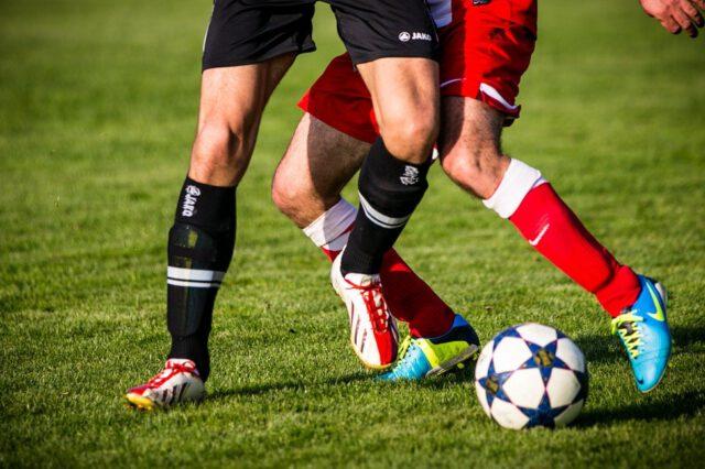 Dlaczego warto regularnie trenować piłkę nożną?